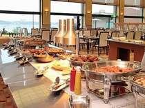 【バイキング】湖畔のレストランでお楽しみ頂きます。