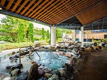 【湯多風多の岩風呂】天然の岩ならではの力強い温もりが肌に伝わります