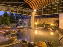 【湯多風多の岩風呂】天然の岩ならではの力強い温もりが肌に伝わります。