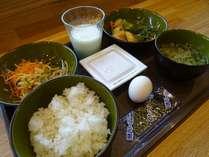 無料朝食♪ご飯・おかず・野菜類・味噌汁・納豆・生卵・味のりなど