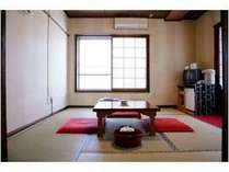 ひとり旅の方に人気の高い和室。トイレと洗面が室外にありますがお部屋から近い場所にあるので便利