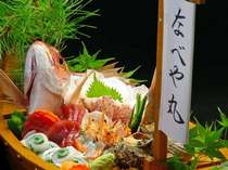 眼前の境港や定置網で獲れた豪快な日本海の幸の船盛りの一例(別注文料理)