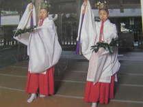 何百年に亘り執り行われている朝と夕方の美保神社の巫女舞い。必見の価値あり。当館からすぐ。