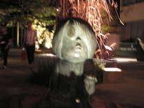 リニューアルした水木しげるロード。夜は妖怪のライトアップで恐怖と面白さ倍増!当館からすぐ近く。