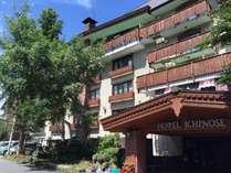 緑豊かな国立公園内にあるレンガを基調としたホテル