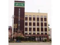 【ホテル外観】鉄骨5階建て ホテルの前は市営のテニスコートその向こうには津観音と立地はいいです