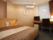 シングルルームB(ダブルベット)お部屋により形やベッドの向きが異なります。