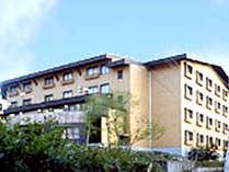 *志賀高原の大自然に囲まれたホテルです(施設外観)