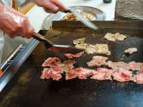【ご夕食】和洋中バイキング一例。鉄板で焼かれたジューシーなお肉をどうぞ♪(メニューは一例です)