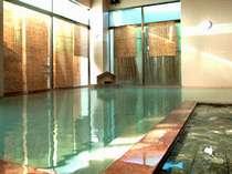 男女別の大浴場。PH10.1(メタケイ酸60.1mg/リットル)のアルカリ性なので、美肌効果抜群!