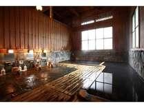 湯屋造りの檜風呂「男湯」