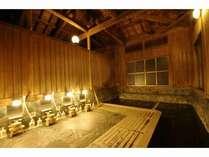 湯屋造りの檜風呂「男湯」源泉かけ流し