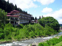 *小野川温泉小町山の高台にございます。川のせせらぎと静かな山の景色に癒される温泉宿です。