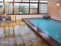 湯の華の舞う源泉掛け流し式の天然温泉です。「新館3F展望浴場」