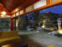 【素鵞(そが)の間】庭園ライトアップ