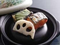 【京料理嵐亭・和朝食】新鮮な焼鮭と木の芽味噌で食べる茄子を焼き石にのせご提供。