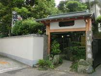 「金沢八景駅」京浜急行、シーサイドライン、徒歩5分。海沿いの道路から見た外観です。