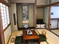 【梅月】リニューアルした6畳3畳のお部屋。和室の前に2畳の踏込、脇に洗面台、トイレがあります。