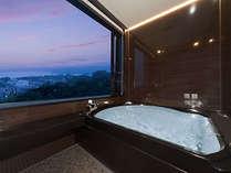 最上階特別室。開放感たっぷり!半露天のジャグジー風呂(夕景バージョン)