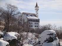 【冬の洛陽の滝から見たホテル渓谷】