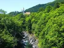 【錦仙峡から望む、盛夏のホテル渓谷】
