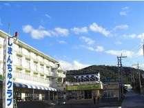 *観光に便利な沖縄本島のほぼ中央、東シナ海を望む丘陵地に位置する当館。