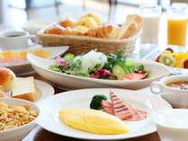 テラスレストラン「ピアレ」の朝食ブッフェ朝の陽ざしを浴び中庭を眺めながら優雅なひと時を