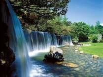 ホテル中庭には滝が流れ、正面の朝食会場では涼しげな一時をお過ごしいただけます