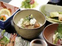 夕食一例。春から夏の名物鯛の山掛けご飯