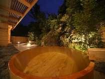 大浴場にある露天風呂は各2ヶ所。 滝の水音もすがすがしい