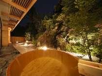 大浴場にある露天風呂からはワイドなお庭が愉しめる