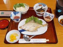 【朝食一例】敷地内で採れた山菜などをご用意しております。夏には自家農園の野菜をご提供♪