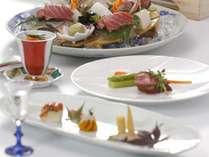 【和風ダイニング「出雲」】取り分けて食べる大皿料理を、一品ずつお持ちします。