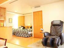 【パノラマスイート(25畳・禁煙)】寝室には大きめサイズのシングルベッドが2台並びます。