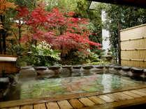 【男性大浴場:露天風呂】秋は紅葉を眺めながら温泉をお楽しみください。