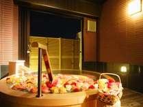 貸切露天バラ風呂一例(8日前までの要事前予約・追加料金要・時間は到着時以降受付)※画像はイメージです