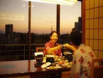 料亭個室での夕食(イス・テーブル席の一例).