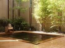 槇の木の露天風呂でのんびりと