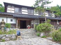 【外観】古い民家三軒分を移築した純日本旅館。