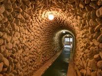 *【天明桧風呂入口】石を積み上げて作られた昔ながらのトンネルはワクワク感が溢れだす。