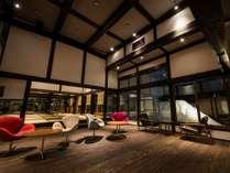 【ロビー・ラウンジ「1916」】築350年の上杉藩大庄屋の曲がり家を移築、モダンな空間でチェックイン