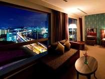 ホテル上階からは、ゆいレールや小禄バイパスの夜景が見えます。
