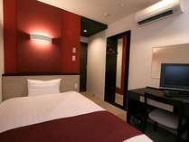 シングルルームのベッドサイズはゆったり120cm セミダブルサイズ♪リピーターの多い宿です。
