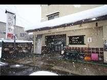 うめや旅館外観(冬)