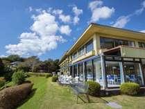 青い空と緑に囲まれたWan's Resort城ケ崎海岸