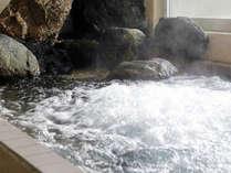 開放的なお風呂で温かなお湯に身体を預けてみては。