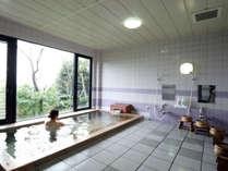 「恵方の湯」大きな窓がついた開放的な総桧風呂です。