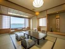 【瑞仙】海を望む純和風客室。大きくとった窓からはパノラマ写真のように海を望めます。