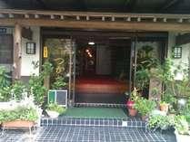 緑や花であふれた玄関。親しみやすい旅館です♪