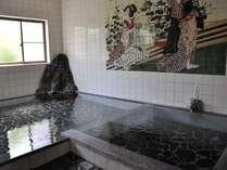 古湯名物の「ぬる湯」が堪能できる大浴場。加温した熱めの湯船もアリ